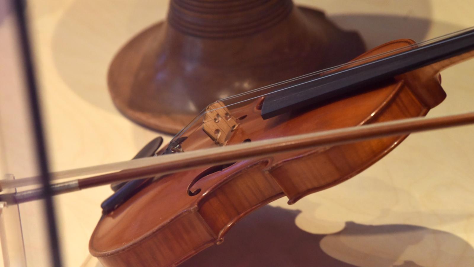 Une cabane sonore imaginée par le luthier Glenn Mazin permet de pénétrer au cœur de la matière sonore.