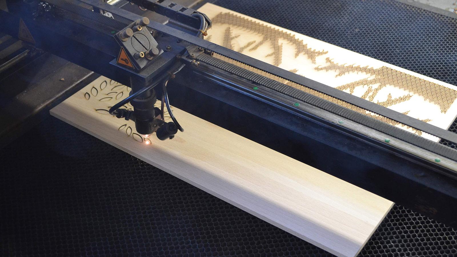 Découpe laser sur bois de hêtre local