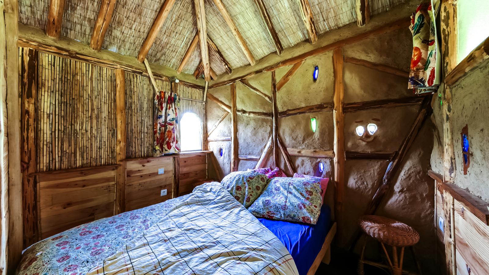 La chambre de la cabane en paille de la clairière du Verbamont à Claudon.