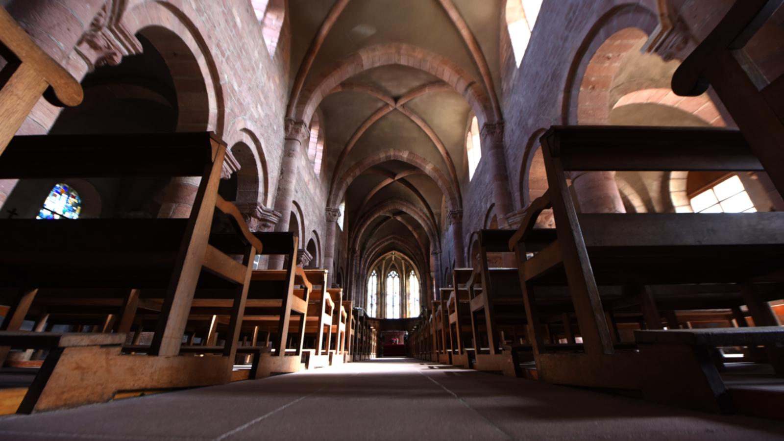 Les visiteurs découvriront : chapiteau romans, chœur gothique, stalles du XVIIIe s., jardin sur le cloitre et fortifications.