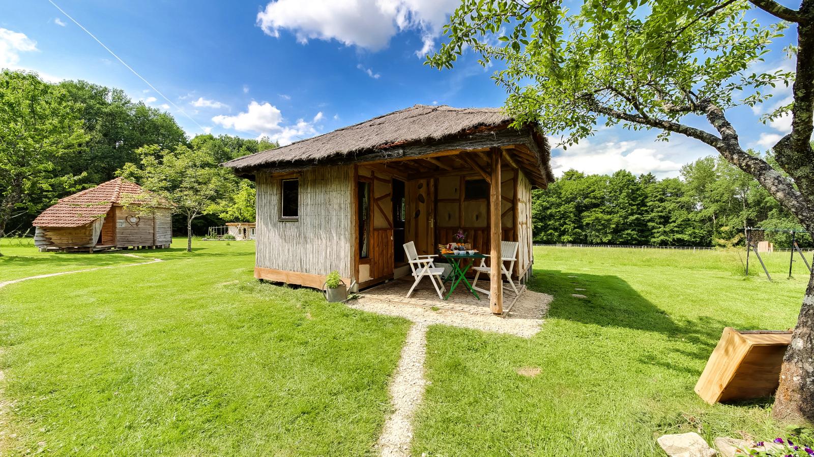 La cabane en paille de la clairière du Verbamont à Claudon.